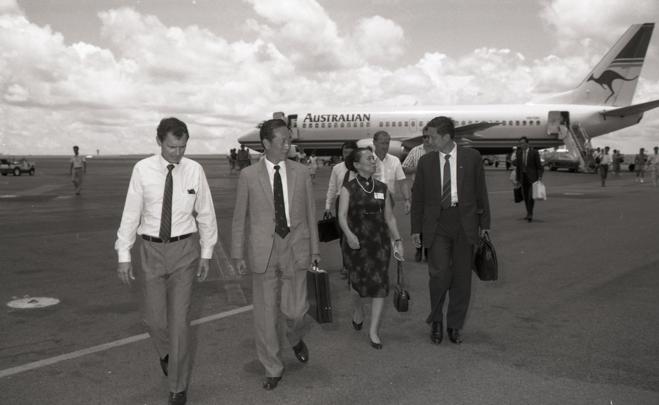 Chief Minister Marshall Perron meets Mr Zhang Haorou, Governor of Sichuan Province, Darwin Airport, 22 February 1989<br />Image courtesy of Library & Archives NT,  Department of the Chief Minister, NTRS 3823 P1, Box 11, BW2796, Image 6a